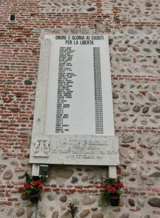 002__visione_porta_alle_grazie_da_viale_dei_martiri_-_elenco_caduti_CIMG0772