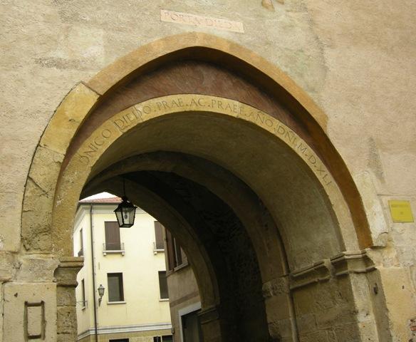 03-ARXO_DELLA_PORTA_DIEDAarco_della_porta_dieda_con_epigrade_del_diedo_-_DSCN9964_
