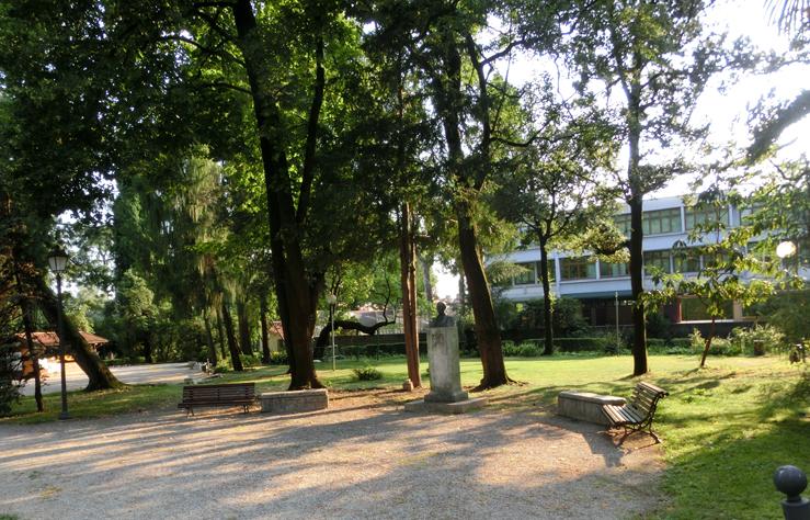 bassano_-_giardino_parolini_-_monumento_al_Bonaguro_-_740_lo_spiazzo_davanti_-__CIMG0176