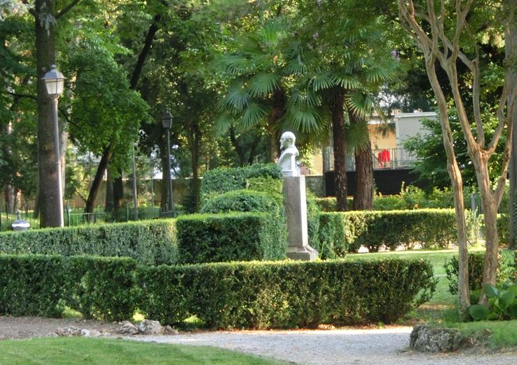 bassano_-_giardino_parolini_-_monumento_allAgostinelli_-_740x__spiazzo_tra_i_bossi_-__CIMG0177