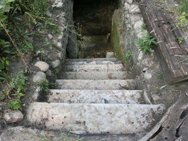 giardino_parolini_-_INTERNET_--_640X_-_scaletta_che_scende_nella_vasca_di_irrigazione__-_001_-__09-08-16_-_CIMG0194