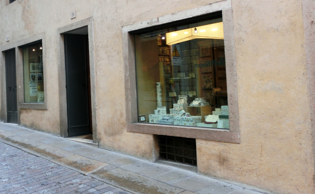 cartieria_-_negozio_-_ok_-_solo_nella_via_tassotti_il_negozio_in_via_ferracina_CIMG1039_2