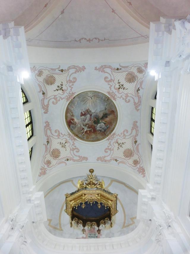 022a_-_interno_-presbiterio_-_il_soffitto_visione_dinsieme_con_abside_oblunga_-_CIMG5975