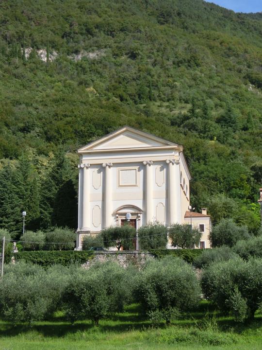 ok_-_001a_-_esterno_-_facciata_chiesa_dal_verde_-_CIMG5114