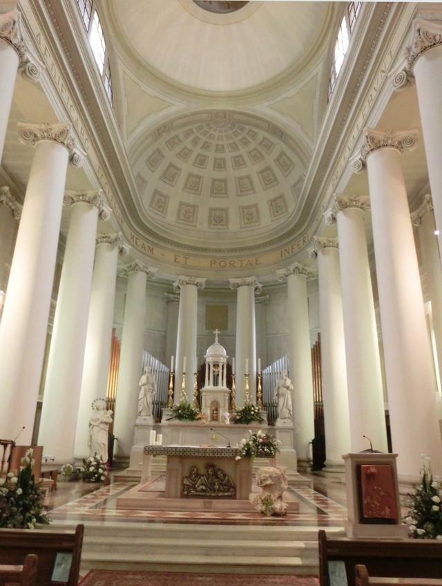 chiesa_di_nove_-_interno_-_presbiterio_-_colonne_-_OK_-_INTERNET_-_640_-__-_CIMG8959
