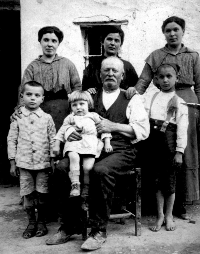 biografia_-_Petucco_1916_-0k_-_800x_-__a_6_anni_con_nonno_e_zie_255